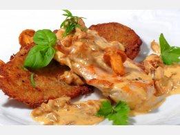 Hühnersteak mit Pfifferlingen und Sahnesoße, unsere Hausgemachte Kartoffelpuffer