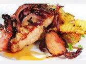 Hohes Schweinesteak mit gerösteten roten Zwiebeln und Speck, Bratkartoffeln mit Petersilie