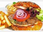 Hausgemachter Hamburger aus Kalbfleisch, ColeslawSalat, Pommes Frites