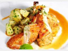 Gebratene Hähnchenbrust mit Semmelfüllung mit Mandeln und Petersilienkartoffeln
