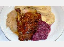 Gebratene Ente, Kartoffel- oder SemmelKnödel und Weiß- oder Rotkraut