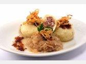 Kartoffelknödel mit geräuchertem Fleisch gefüllt,Sauerkraut, Röstzwiebeln