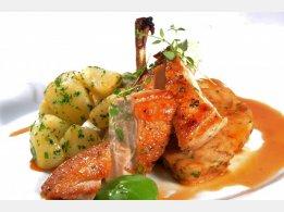 Gebratene Hähnchenbrust mit Semmelfüllung mit Mandeln, Kräuterkartoffeln