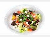 Griechischer Gemischter Gemüsesalat mit Oliven, Schafkäse, Olivenöl und Basilienkraut
