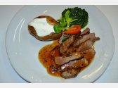 Lammfilet mit Knoblauch und Rosmarin, Blattspinat und gegrillter Kartoffel mit Schale mit Sauerrahm