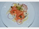 Geräucherter Lachs mit Parmesanspänen, Olivenöl, Kapern und Fenchel-Salat mit roten Zwiebeln
