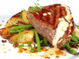 """Beefsteak """"Ball Tip"""" aus amerikanischem Stier mit Dijon-Sauce, grüne Speckbohnen und Bratkartoffeln"""
