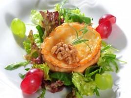 Salat mit feinem Ziegenkäse und Honig